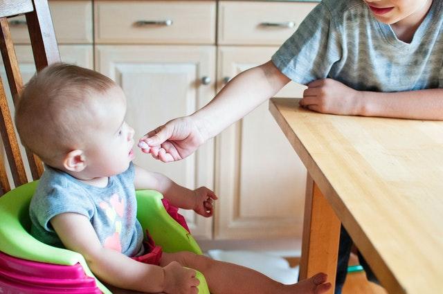 nakładka do karmienia na krzesło