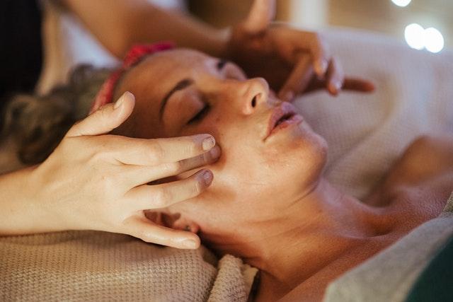 Korzystanie z masażu twarzy