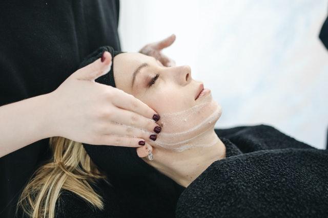 masaż twarzy w salonie