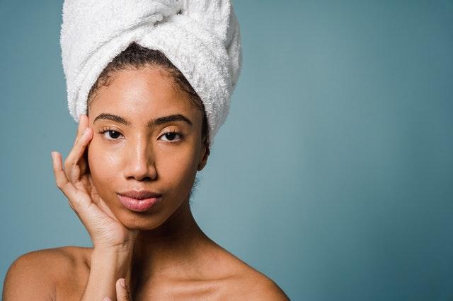 kobieta po oczyszczaniu skóry