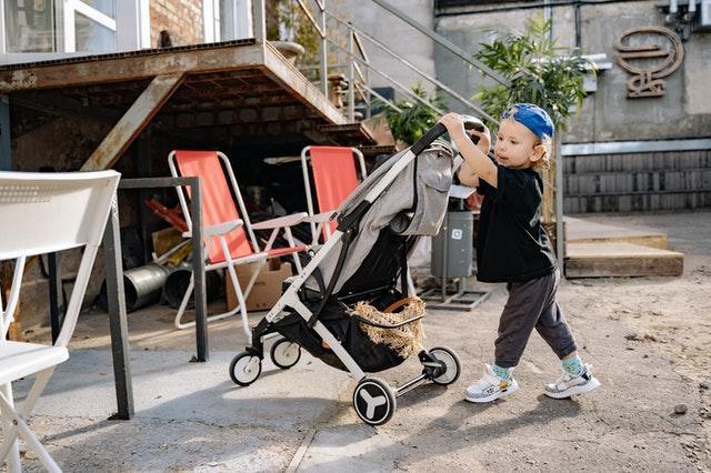 dziecko prowadzące wózek
