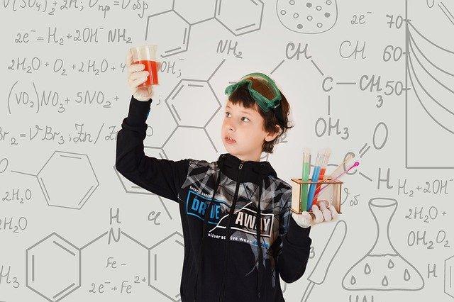 chłopiec robi eksperymenty chemiczne