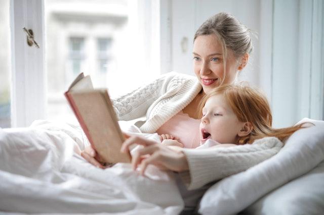 mama czyta z córką
