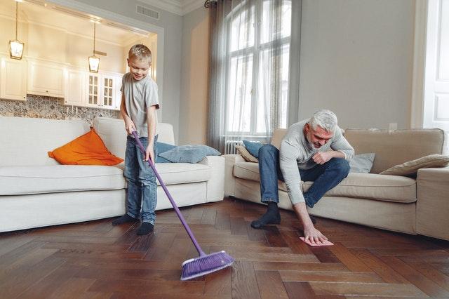 rodzinne sprzątanie