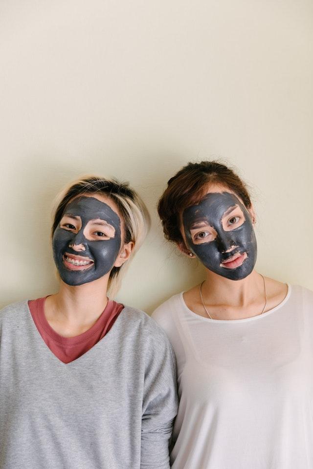 kobiety z maseczką na twarzy