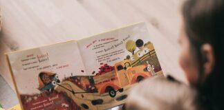 czytanie książki dziecku