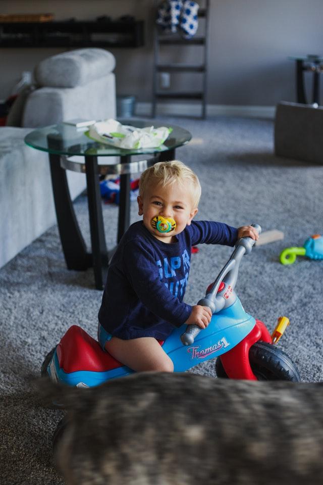 chłopiec na jeździku