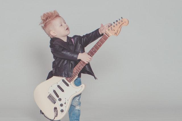 dziecko grające na gitarze