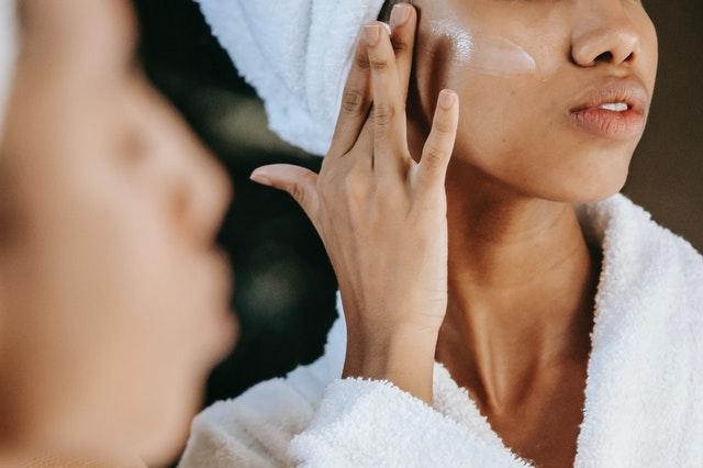 aplikacja kremu do twarzy